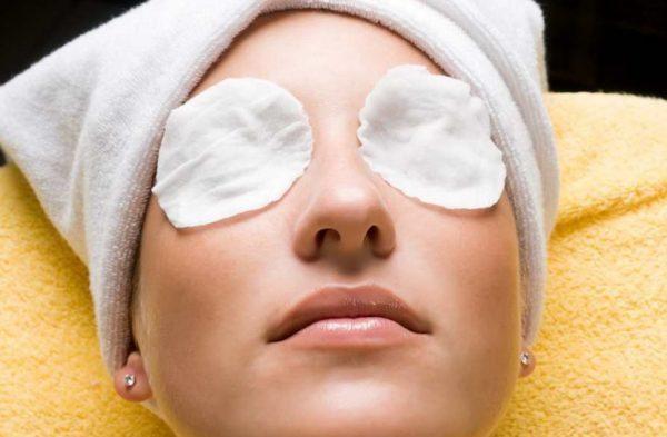Девушка с ватными дисками на глазах