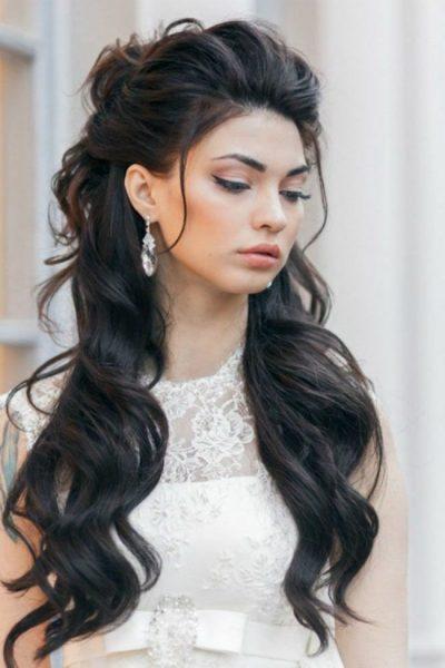 Женщина с длинными завитыми волосами