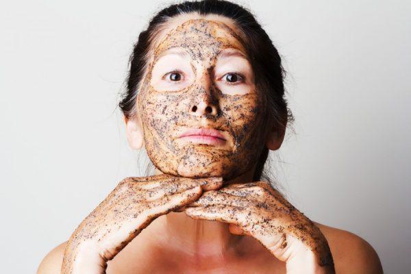 Женщина с кофейной маской на лице