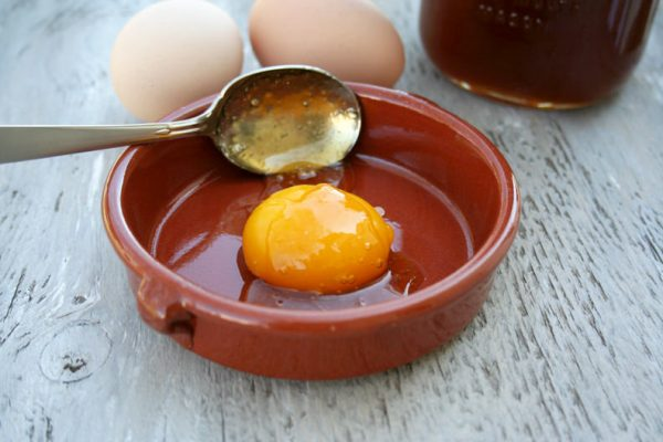 Приготовление маски из желтка и мёда