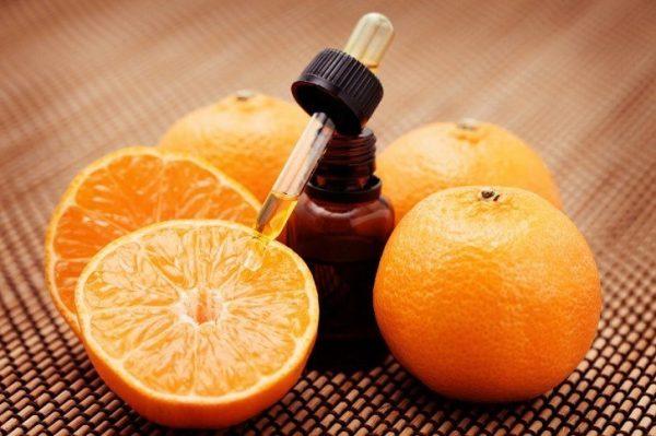 Пузырек с пипеткой и апельсины
