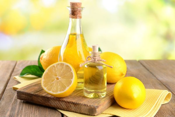 Пузырёк с маслом и лимоны