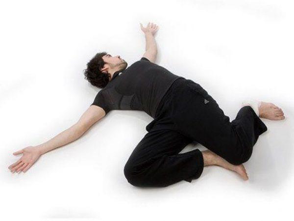 Скрутка лёжа на полу