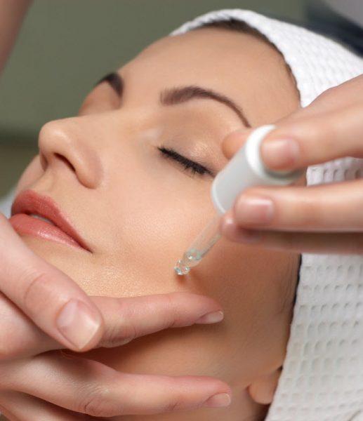 Нанесение сыворотки на кожу лица