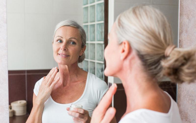 Женщина возле зеркала