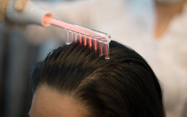 Дарсонвализация волос помогает избавиться от седины