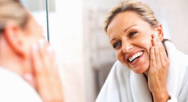 Нанесение миндального масла на возрастную кожу